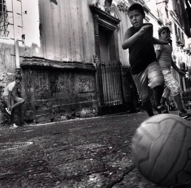 """Pochi passaggi e quanti vetri rotti. Specchio universale di una generazione. Alzi la mano chi, almeno una volta, abbia tirato calci a un """"Super Santos"""". Inventato dalla ditta Mondo nel 1962, grazie all'intuizione dell'operaio Stefano Seno, il suo nome è ispirato alla vittoria del Brasile nei campionati del mondo."""