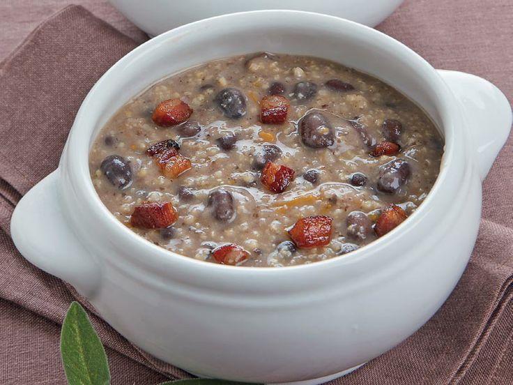Datteri e fagioli neri sono un connubio perfetto per questa minestra che delizierà il vostro palato. Lo avreste mai detto?
