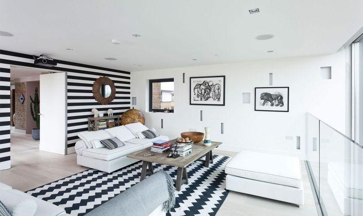 Wandgestaltung in Schwarz und Weiß -wohnzimmer-streifen-zigzag-sitzmoebel-bilder-holztisch