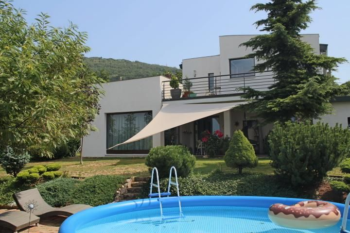 Pécsre néző, modern családi ház eladó a hegyen!