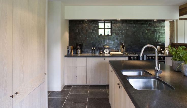 HTE | Projecten | Herbosch - Van Reeth Architectuur - detail zwarte tegels en blad (niet vloer)