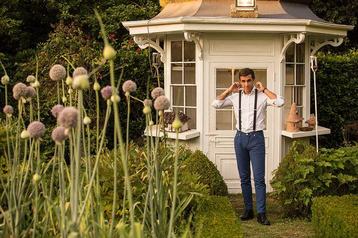 Ecco lo sposo perfetto per un matrimonio shabby chic, senza giacca, con bretelle e pantaloni a gamba stretta