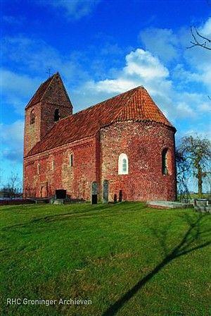 De kerk van Marsum uit de twaalfde eeuw is een goed voorbeeld van de karakteristieke middeleeuwse kerkjes in het Groninger landschap. Opgetrokken in Romaanse – en later Romanogotische – stijl hebben de meeste kerken een kenmerkende warmrode kleur. Dit vanwege het hoge gehalte ijzer in de klei. Lees meer over de Groninger kerken op: http://www.deverhalenvangroningen.nl/alle-verhalen/groninger-ijkpunt-6-romaanse-en-romanogotische-kerkenbouw