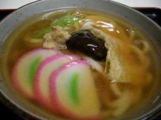 てしまののっぺいうどん のっぺいうどん 京都でしかみかけません。どういうものか 説明しますと しっぽくうどんのあんかけしたもの。 ではしっぽくとは どういうものかというと 漢字で書けば 「卓袱」と書きます。長崎の中華料理に影響を受けた 伝統的な郷土食 卓袱料理からきているのかな?  しっぽくうどんは 東京でいうところの おかめうどんが当てはまるのではないでしょうか? 蒲鉾やしいたけ その他のパーツが 女性の顔の目 鼻 口 などにあてはめて おかめの顔になぞらえています。  さて そのしっぽくうどんをあんかけ(片栗粉でかためたもの)したものが こののっぺいうどんです。トッピングは各店によって少しづつ違いますが 蒲鉾 しいたけ 湯葉(あるいは玉子焼き)三つ葉(あるいはネギ) おろし生姜 などが入っていて 具だくさんなうどんです。