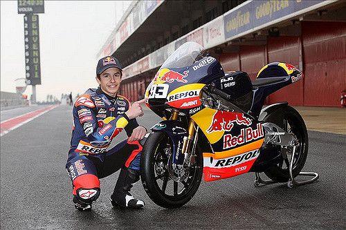 https://flic.kr/p/7Pw5RC | Marc Márquez, con su nueva moto en Montmeló | Marc Márquez, piloto Repsol de 125cc, posa con su nueva moto, la Derbi RSA 125cc 2010 en Montmeló, durante los test de la pretemporada 2010. Febrero 2010.