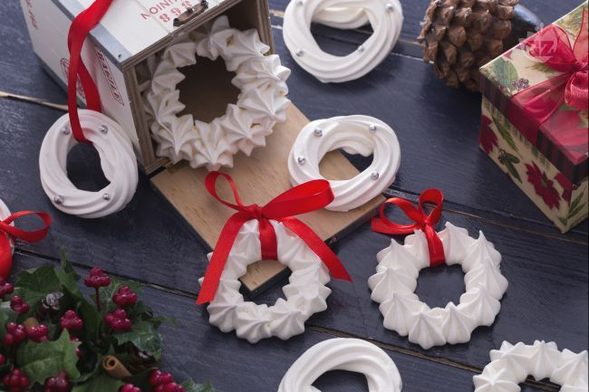 Le ghirlande di meringhe sono un delizioso addobbo natalizio perfetto per la tavola delle feste. Bianche ghirlande decorate con perline color argento.