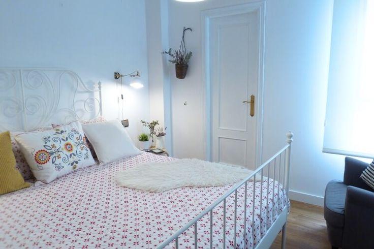 Pintar las puertas de tu hogar con chalk paint. Dormitorio con puerta pintada con pintura chalk paint.  #bedroom #chalk #paint