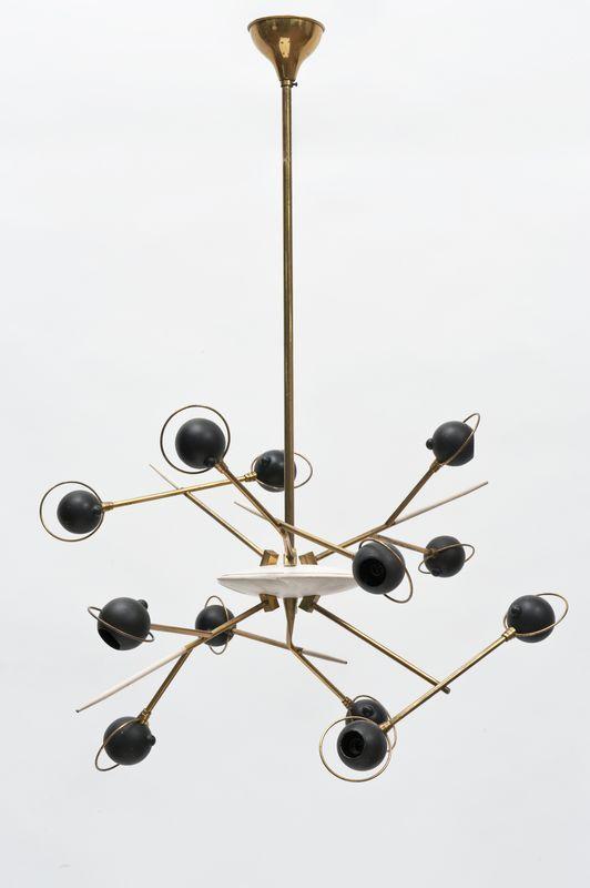Lot : Oscar Torlasco - (attr.) - Lampada da sospensione a 12 luci in ottone.  Italia anni 50 / 60| Dans la vente Arts Décoratifs du XXème siècle, Design à Il Ponte Casa d'Aste