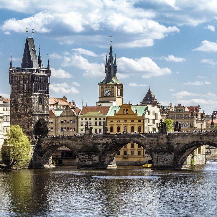 Karlsbroen af Prag oser af liv både om dagen og om aftenen. Prøv en storbyferie til Prag. Find din næste storbyferie her: http://www.apollorejser.dk/rejser/storbyferie