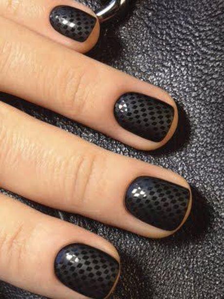 Avec des nail patch ou bien à l'aide d'un dotting tool , les pois sont aussi un nail art approprié, avec un petit côté fun, tout en sobriété.