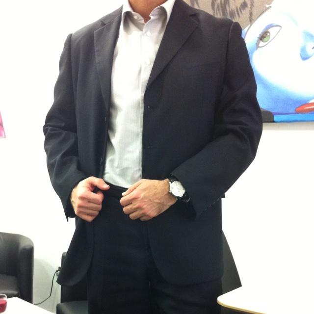 Casual evento 2.0 - Camisa de Boston, Traje de Giacomo Soprano, cinturón de Gucci y reloj de Hugo Boss