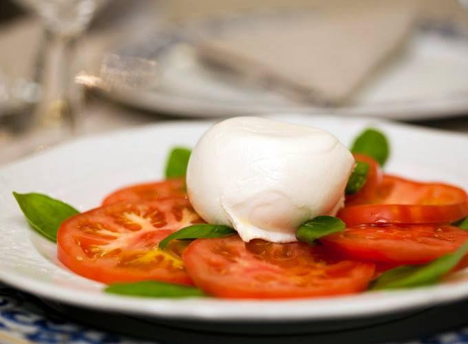 Insalata caprese con mozzarella di bufala campana DOP. Chi l'addenta per primo? #mangiarbene da #Canova #caprese #cena #cenainpiazzadelpopolo #canovaristorante