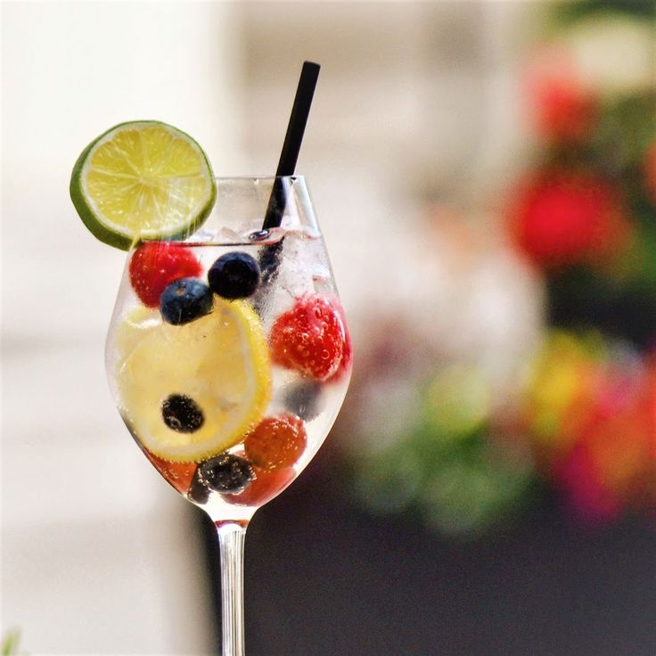 Pour accueillir juillet en beauté...notre #cocktaildumois : Shangri-La. Un parfait mélange de Cointreau, de Peachtree Schnapps, de bulles, du soda au citron, des baies et des raisins. Santé!  #LaChampagnerie #cocktail