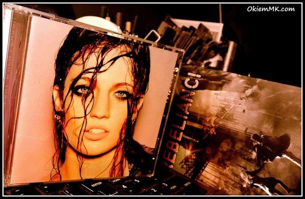 """Jessica Hannah funkcjonująca pod pseudonimem """"Jess"""" Glynne to 26 letnia brytyjska piosenkarka, której popularność przyniosły takie piosenki jak: """"Rather Be"""",  """"My Love"""", """"Right Here"""" czy """"Hold My Hand"""". Muzykę tworzy na granicy dwóch gatunków: POP i R&B.  Jak artystka sama zaznacza krążek I cry when I laugh to podsumowanie dwóch ostatnich lat jej życia, chwil ciężkich związanych także z rozpadem związku. Jednak według mnie w ogólnym rozrachunku to kompakt pełen pozytywnych emocji."""