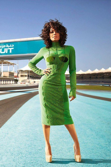 #JanetJackson. Love the shape of this hair cut I think a bit more than the dress she's fly anyhow :-).