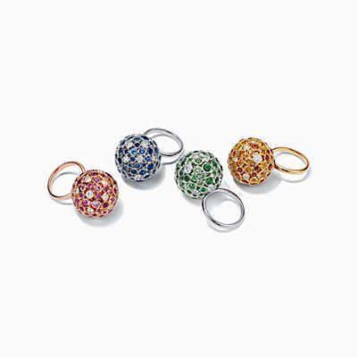Кольца из желтого и розового золота 18 карат с различными драгоценными камнями.