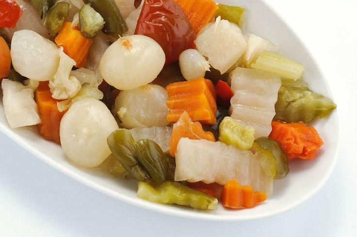 Turşu tarifinde yer alan renkli ve taze sebzeler bir bir eklenir kavanozlara, üzeri salamura karışımıyla örtülür. Amaç tüm lezzeti kış aylarına yaymaktır.