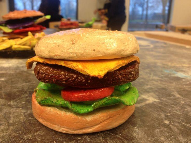 Broodje hamburger van klei
