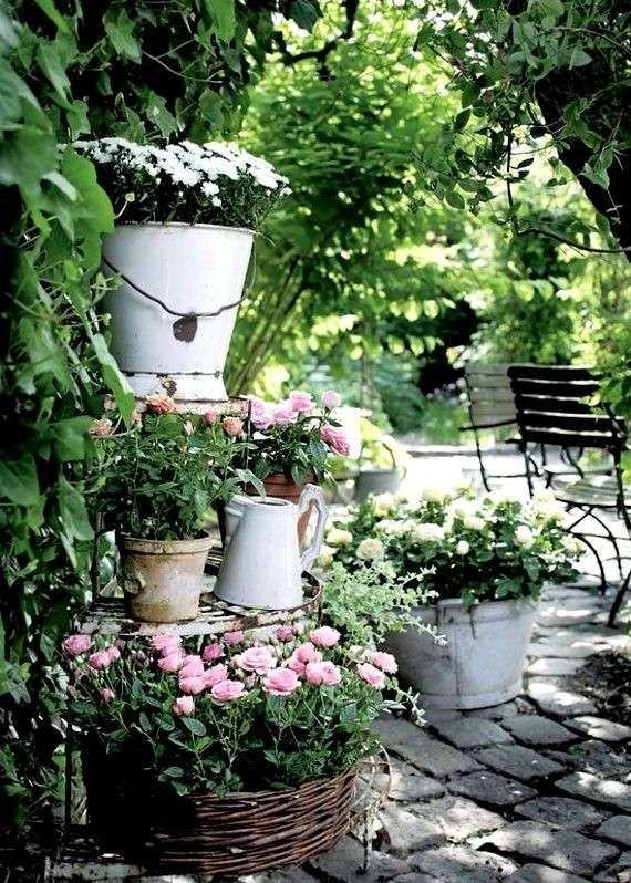 Non volete rinunciare allo shabby neanche nel giardino? Arredare Un Giardino In Stile Shabby Chic Per La Primavera Beautiful Gardens Garden Containers Garden Inspiration