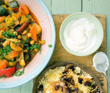 Couscous med grön kikärtsgryta och torkad frukt