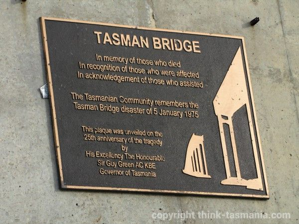 Tasman Bridge Collapse (1975) Memorial Plaque. Walk from Montagu Bay to Lindisfarne. #Hobart #Walk Article for www.think-tasmania.com