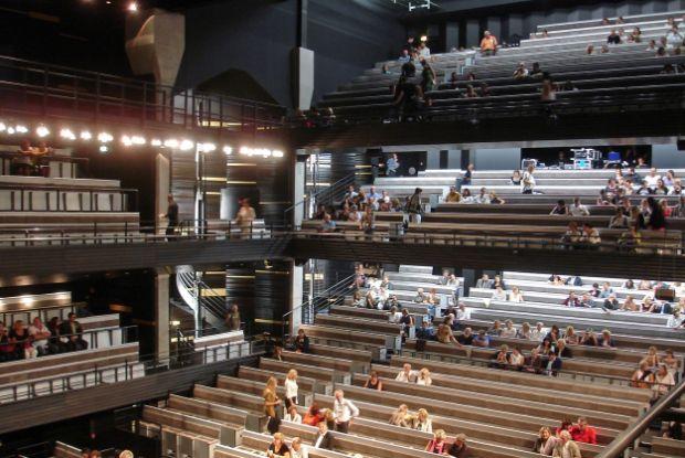Le silo d'Arenc, à Marseille, un bâtiment industriel des années 20, a été reconverti en salle de spectacle dans sa partie Nord (Roland Carta) et en bureaux côté sud (Eric Castaldi).