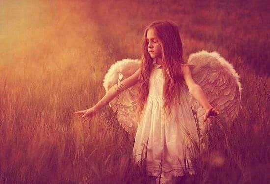 Hai mai colto il respiro di un angelo nella lieve brezza? Una lacrima sotto la pioggia? Udito un sussurro tra il fruscio delle foglie? O sei mai stato baciato da un fiocco di neve solitario? La natura è il nascondiglio preferito degli angeli.  Latat Carrie Photo little Angel ©pinterest