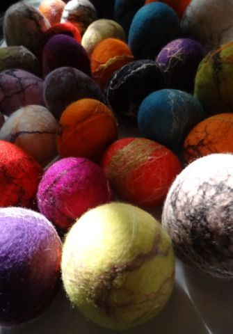 Felt eggs with silk fibres