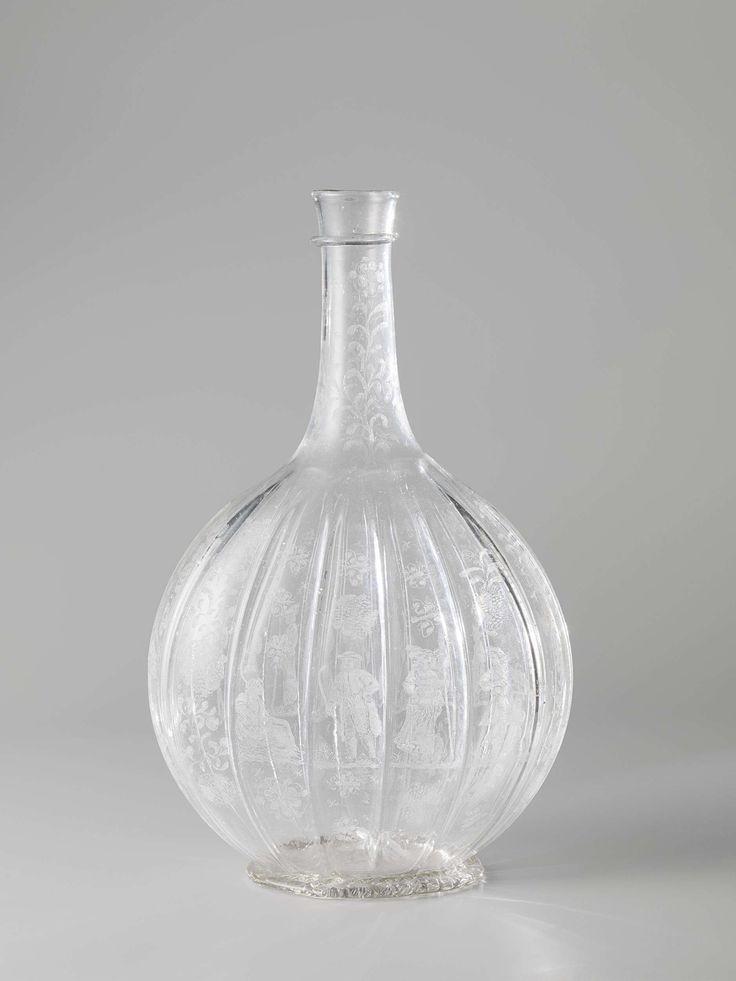 Anonymous | Bottle, Anonymous, Willem Mooleyser, c. 1675 - c. 1700 | Platte, geribde standring. Ingestoken ziel met pontilmerk. Afgeplat bolvormig lichaam met verticale ribben. Korte hals, waaromheen een druipring is gelegd. Tussen de ribben zijn op het lichaam aan beide zijden van de fles twee herders en twee herderinnen, omgeven door bloem- en bladranken gegraveerd. Op de hals een bloemrand.