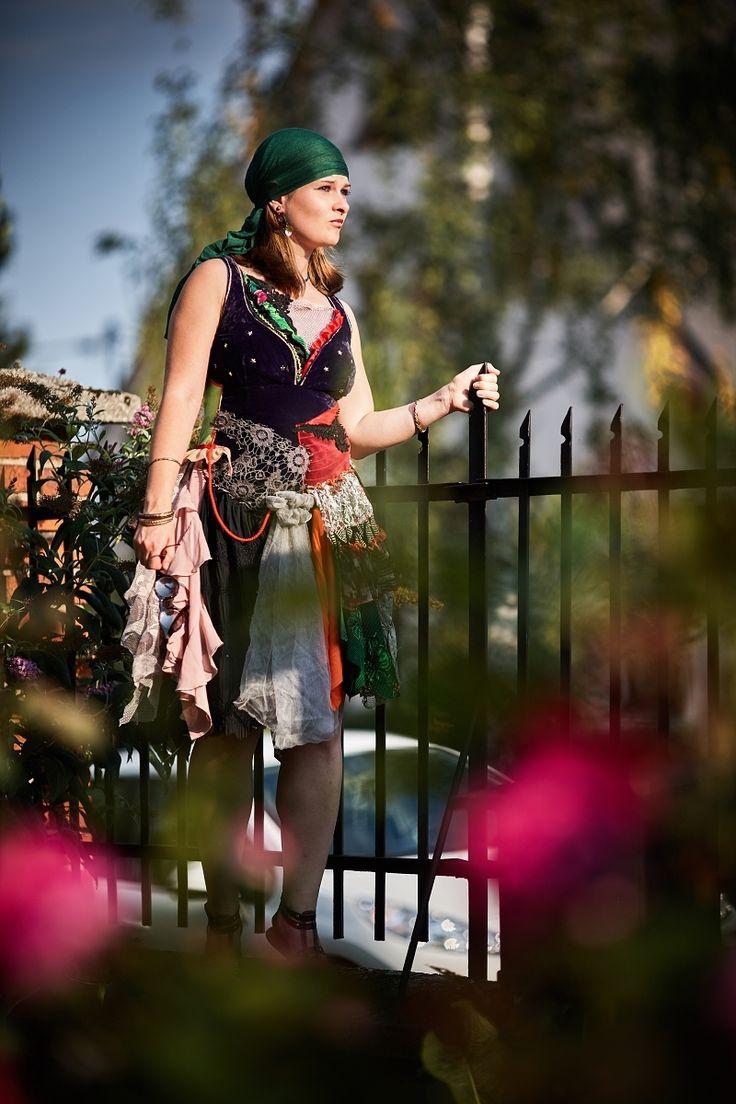 Gypsy+šaty+Sára-+Žaneta+Cikánská+duše+je+tak+krásná,+je+barevná+jak+šaty+mladé+cikánky,+má+tolik+tónů+a+melodií+jako+cikánská+hudba+a+tolik+nápěvů+jako+cikánské+písně.+V+cikánské+duši+je+radost+i+smutek,+láska+i+nenávist,+tvrdost+i+hluboký+cit,+tklivost+a+výbušnost,+hrdost+i+pokora,+je+zádumčivá+i+roztančená...+Výrobek+vznikl+v+rámci+meziklubového+klání...
