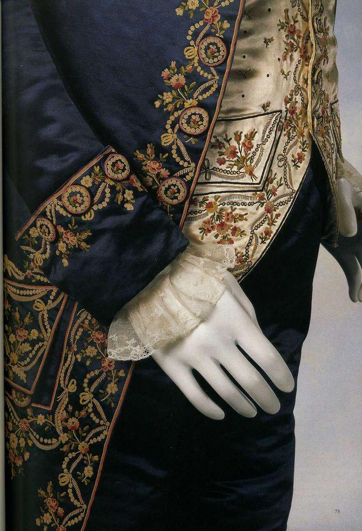"""Мужской костюм (habit a la francaise). Около 1770, Франция. Комплект из трех предметов: аби, весткоут и кюлоты, аби и кюлоты из голубого шелкового атласа, весткоут из белой шелковой тафты, вышивка """"Бовэ"""", пуговицы, обшитые тем же материалом."""