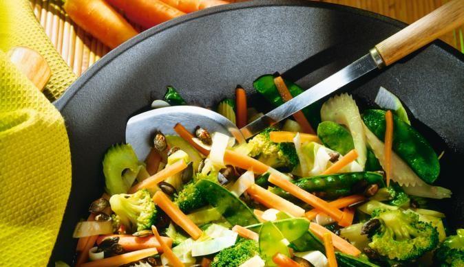 Für den bunten Gemüse-Wok werden Broccoli, Zuckerschoten, würziger Lauch, Stangensellerie, knackige Möhren und Kürbiskerne benötig. Alles im Wok anbraten – und fertig.
