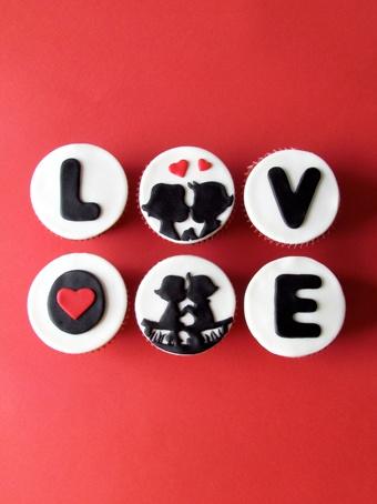 """Panquecitos """"Love"""" con siluetas de enamorados."""