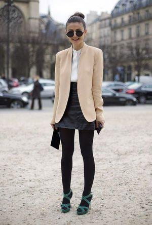 黒コーデには落ち着き感のあるベージュのジャケットをオン☆ノーカラージャケットのトレンド。人気・おすすめのレディース一覧♡