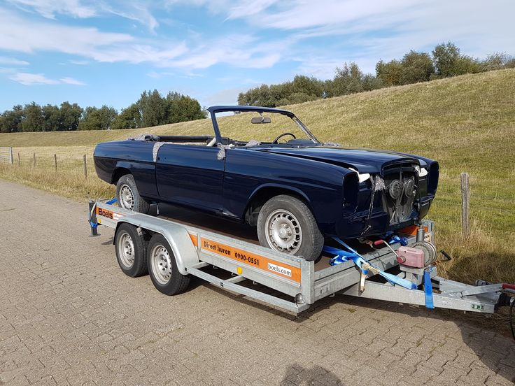 Mercedes w114 /8 250c cabriolet onderweg naar onze nieuwe hal om iedere dag iets aan te kunnen doen.