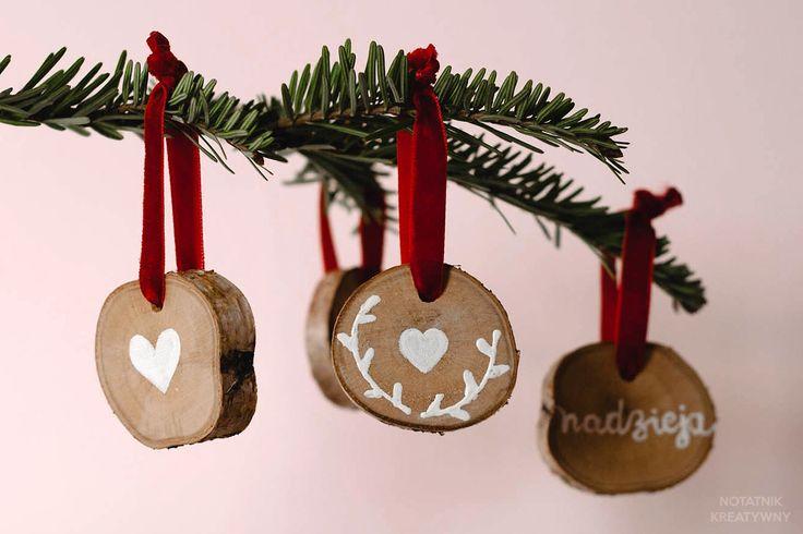 Drewniane ozdoby na choinkę, czyli jak wykorzystać plastry drewna #christmas #tree #decoration #holiday #deco #wood #slices #diy #easy #plastry drewna #drewno #drzewo #bożenarodzenie #święta #dekoracje #ozdobyświąteczne #choinkowe