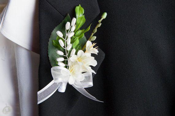 Wedding boutonniere/Chic wedding white flower by lechoixdelamariee