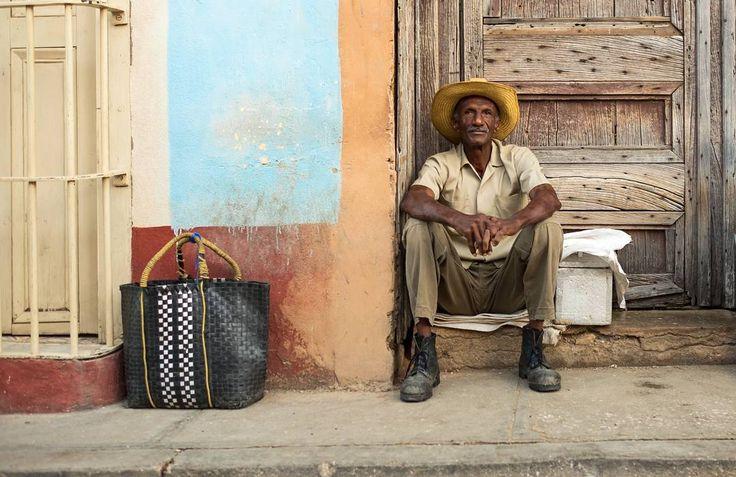 Luis 45 yaşında insaat işçisi aynen bizde eskiden oldugu gibi köşe başında iş gelmesini bekliyor. Bu sırada bizi kirmayarak kameraya guzel bir bakis yolladı. #uzaklaryakin #trinidad #cuba # Küba #gezgin #macera #yolculuk #cokgezenlerkulubu #turkishfollowers #gezgin #traveltheworld #seyahat #photography #photooftheday #photographers_tr #fotograf #southamerica