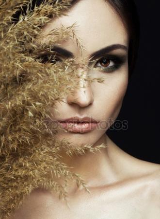 Скачать - Портрет красивой стильной девушки с идеальный макияж и кожи, позирует на черном фоне. Художественный портрет с тростником и студийный свет — стоковое изображение #106090204