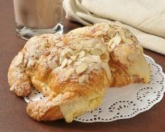 Croissants farcis à la crème d'amande (facile, rapide) - Une recette CuisineAZ