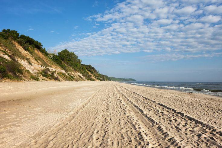 Masz ochotę na krótki wypoczynek nad polskim morzem, ale nie chcesz przebijać się przez tłum turystów w najbardziej obleganych nadbałtyckich kurortach? Wybi