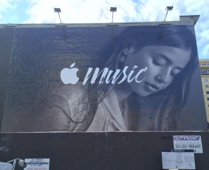 """Apple Music: Plakat-Werbeoffensive und """"Compton"""" –Stream - https://apfeleimer.de/2015/08/apple-music-plakat-werbeoffensive-und-compton-stream - Apple scheint sich nicht am eher schleppenden Start von Apple Music zu stören und setzt weiterhin oder gerade deshalb auf eine weltweite Plakatleinwand-Werbe-Kampagne für Apple Music und Beats 1. So stellte der Konzern an den bekanntesten Hotspots der Welt Plakatwände auf, die auf die neuen Ap..."""