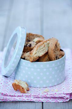 Enkelt grundrecept biscotti. Testat med cashewnötter + citron, och mörk choklad + espresso