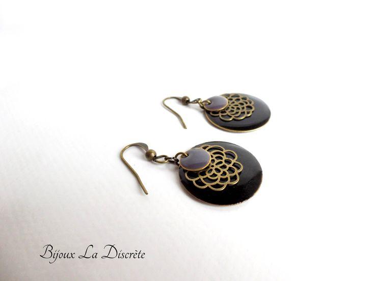 Boucles d'oreilles en métal bronze avec sequin noir et gris : Boucles d'oreille par bijoux-la-discrete