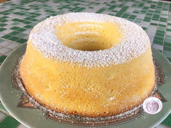 La ciambella al limone è una torta soffice e deliziosa, estremamente facile da preparare e per di più con pochi semplici ingredienti. Questa torta