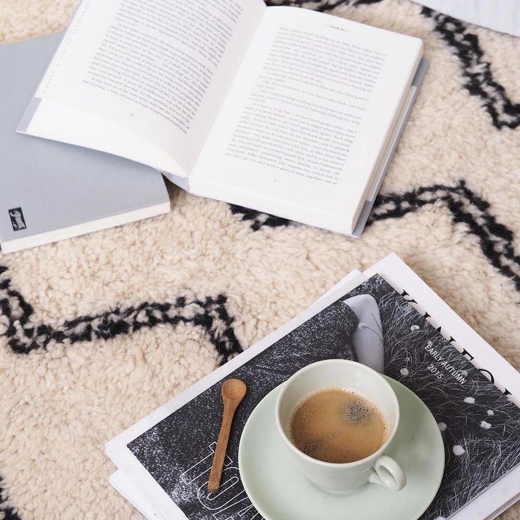 Manchmal sind eine Tasse #Kaffee und ein #Buch einfach das Beste, um einen #Herbstnachmittag zu genießen. Umso besser, wenn man dabei auf einem schönen, warmen Teppich liegen kann. Beni Ourain Teppiche von Sukhi werden ganz von Hand in #Marokko hergestellt und sind extrem weich und kushelig. Finden Sie mehr dazu hier: http://www.sukhi.de/uber-beni-ourain-teppiche