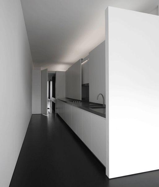 Witte greeploze keuken met strakke lijnen | nederlandse architect Jen Alkema