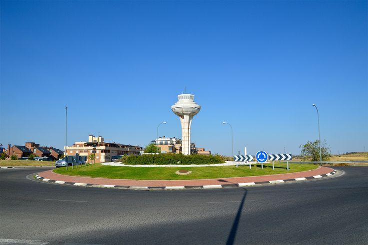 Réplica de la torre de control de Barajas en una rotonda de Brunete