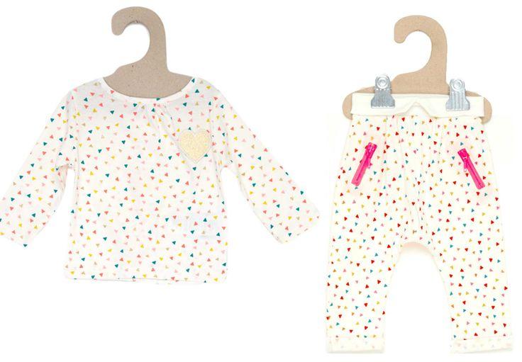 Tenue Kiabi : tee-shirt manches longues blanc motifs triangles multicolores, sarouel blanc assorti en jersey #mode #bebe #fille #naissance #mixte #hiver #ete