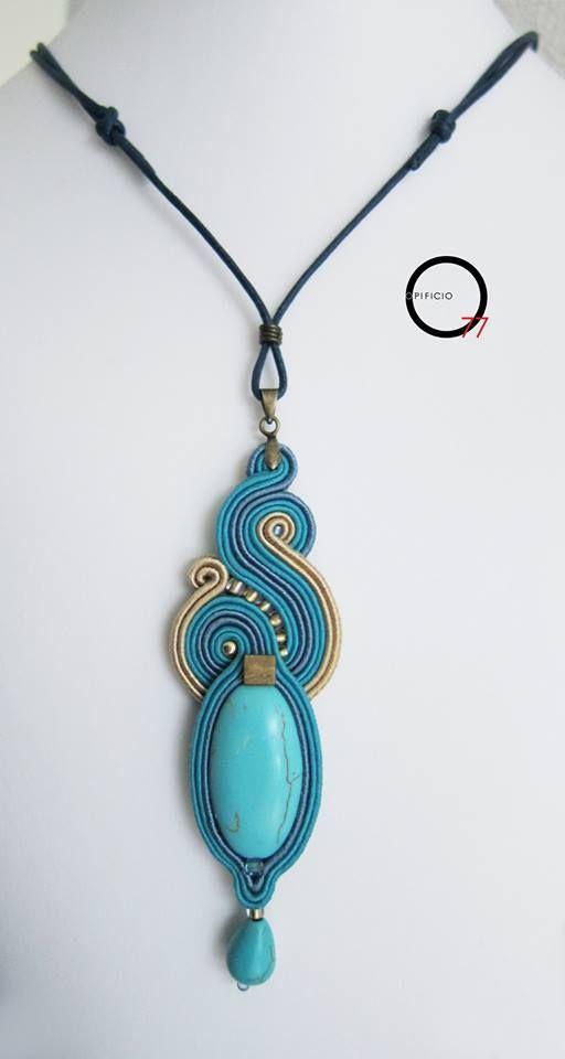 Ciondolo soutache cielo e sabbia, medaglione e goccia in pasta di turchese, perline rocailles. Design Giada Zampar -Opificio77-